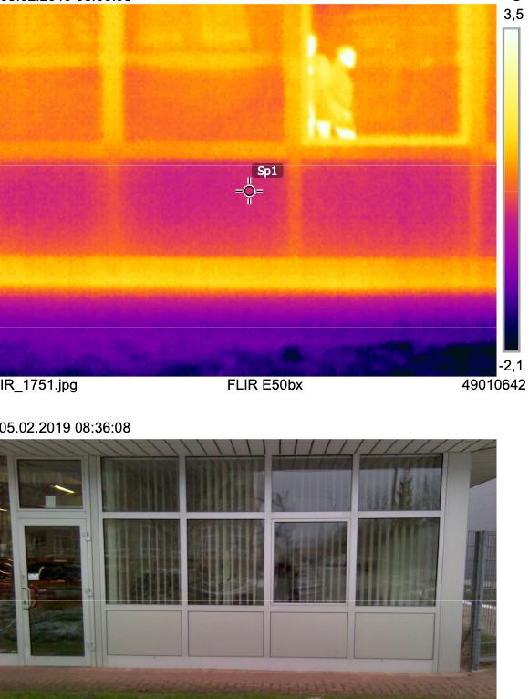 Thermografieaufnahme eines Werkstatttors, bei dem Wärmeverluste klar zu erkennen sind.